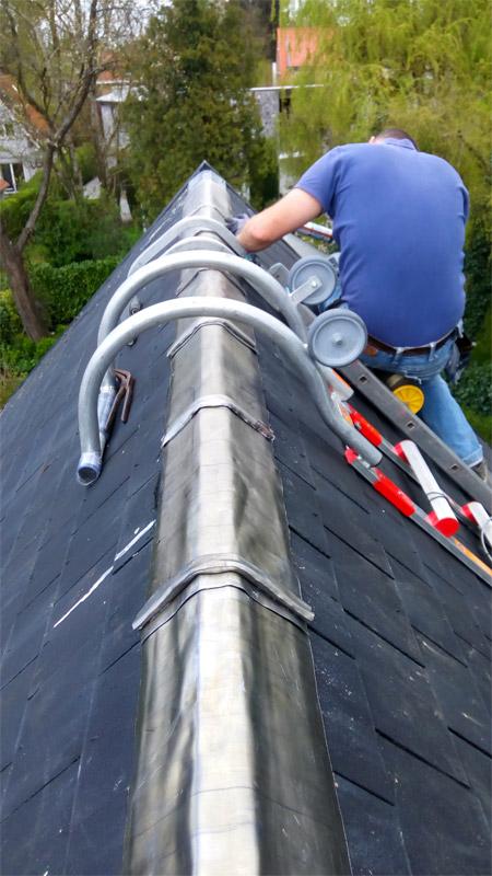 Benoit Delhez répare une toiture