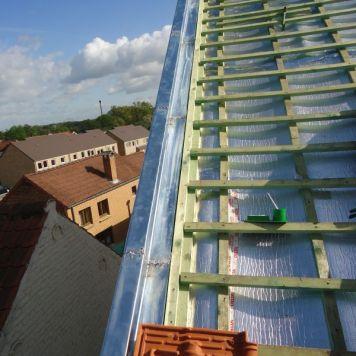 Un solin de zinc assure l'étanchéité de la toiture